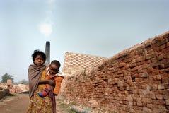 Jugendliches Mädchen im Brick-field lizenzfreies stockbild