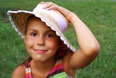Jugendliches Mädchen im Strohhut lizenzfreie stockfotos
