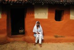 Jugendliches Mädchen in landwirtschaftlichem Indien Stockbild