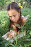 Jugendliches Mädchen mit Buch Stockfoto