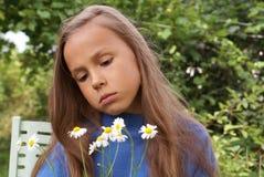 Jugendliches Mädchen mit Gänseblümchen Stockfoto