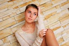 Jugendliches Mädchen nahe der Steinwand Stockbild