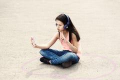 Jugendliches Mädchen Selfie-Telefon-Technologie-Zeichen stockbild