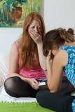 Jugendliches Mädchen sprechen über die Erwartung eines Babys Lizenzfreie Stockfotos