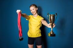 Jugendliches Mädchenverpacken mit älterem Trainer lizenzfreies stockfoto