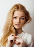 Jugendliches nettes blondes Mädchen, das, frustriert denkt Lizenzfreie Stockfotografie