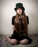 Jugendliches viktorianisches Mädchen mit dem sehr langen Haar und einem Zylinder Stockfoto