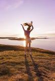 Jugendlichetanzen im Sonnenuntergang Stockbilder