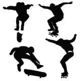 Jugendlichfahrt auf ein Skateboard Lizenzfreies Stockfoto
