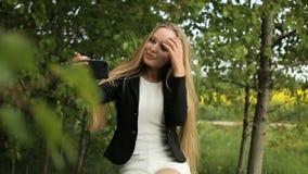 Jugendlichfreunde, die selfies aufwerfen und nehmen stock footage