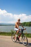 Jugendlichjunge auf Fahrrad auf der Straße in der Natur Stockbild