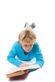 Jugendlichjunge, der altes Buch liest Stockfoto