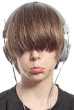 Jugendlichjunge mit dem Haar über seinen Augen und Kopfhörern Stockbilder
