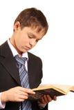 Jugendlichjunge mit einem geöffneten Buch Stockbild