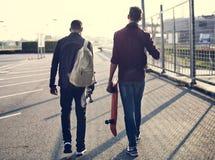 Jugendlichjunge mit einem Skateboard stockfotografie