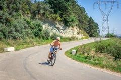 Jugendlichjunge reist schnell auf das Fahrrad Lizenzfreie Stockbilder