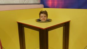 Jugendlichjunge zeigt einen magischen Fokus einer Illusion eines K?rpers ohne einen Kopf stock video footage