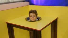 Jugendlichjunge zeigt einen magischen Fokus einer Illusion eines K?rpers ohne einen Kopf stock footage