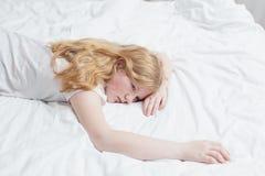Jugendlichmädchen auf Bett Lizenzfreie Stockbilder