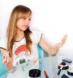 Jugendlichmädchen, das auf gemaltem Nagelquadrat schaut Stockbild