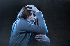 Jugendlichmädchen, das einsamem erschrockenem traurigem und hoffnungslosem Leiden glaubt Lizenzfreie Stockfotografie