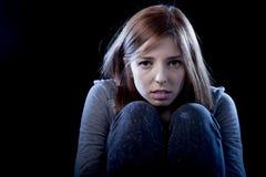 Jugendlichmädchen, das einsamem erschrockenem traurigem und hoffnungslosem leidendem Einschüchterungsopfer der Krise glaubt Stockbilder