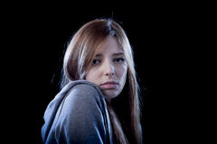 Jugendlichmädchen, das einsamem erschrockenem traurigem und hoffnungslosem leidendem Einschüchterungsopfer der Krise glaubt Lizenzfreie Stockfotografie