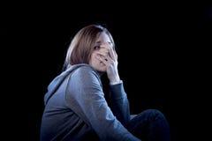 Jugendlichmädchen, das einsamem erschrockenem traurigem und hoffnungslosem leidendem Einschüchterungsopfer der Krise glaubt Stockbild