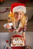 Jugendlichmädchen, das Weihnachtsplätzchenhaus verziert Stockfotos