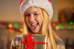 Jugendlichmädchen, das Weihnachtspräsentkarton hält Stockbild