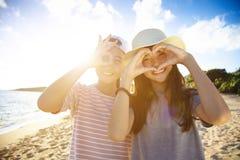 Jugendlichmädchen, die Spaß mit Sommerferien haben lizenzfreies stockbild