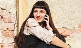 Jugendlichmädchen draußen am Telefon Lizenzfreie Stockbilder