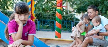 Jugendlichmädchen eifersüchtig von ihrer jüngeren Schwester und von Bruder Stockfoto