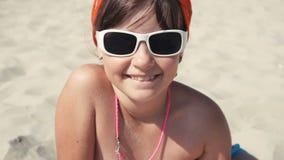 Jugendlichmädchen im Sonnenbrillelächeln stock video footage