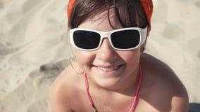 Jugendlichmädchen im Sonnenbrillelächeln stock footage