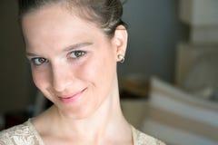 Jugendlichmädchen, 16 Jahre updo Frisur, lustiges Gesicht Stockfotografie