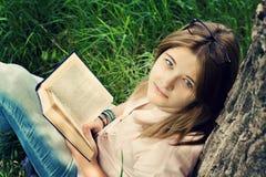 Jugendlichmädchen-Lesebuch stockfotos