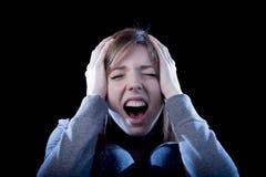 Jugendlichmädchen mit dem roten Haar, das dem einsamen Schreien hoffnungslos als Einschüchterungsopfer in der Krise glaubt Lizenzfreie Stockfotografie
