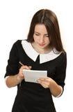 Jugendlichmädchen mit einem Notizbuch und der Stift in den Händen Lizenzfreie Stockfotos