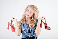 Jugendlichmädchen mit Schuhen stockfotos