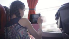 Jugendlichmädchen-Schießenvideo durch Tabletten-PC während Reise im Bus stock footage