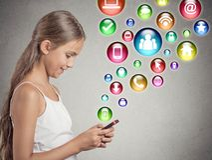 Jugendlichmädchen, welches das Simsen auf Smartphone verwendet Lizenzfreie Stockfotografie