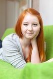 Jugendlichmädchen zu Hause Lizenzfreie Stockfotos
