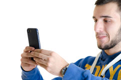Jugendlichmann konzentrierte sich unter Verwendung eines Smartphone mit lederner Rechtssache I Stockfoto