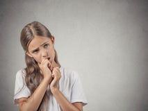Jugendlichmädchen, das den Daumen, ahnungslos saugt Stockfotos