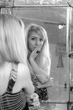 Jugendlichmädchen, das Schönheit analysiert Lizenzfreie Stockfotos