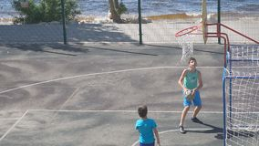 Jugendlichpraxis im Spiel des Basketballs Langsame Bewegung stock footage