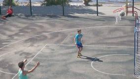 Jugendlichpraxis im Spiel des Basketballs Langsame Bewegung stock video footage
