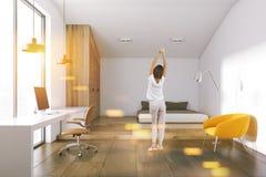 Jugendlichschlafzimmer mit Computertabelle, Frau Lizenzfreie Stockfotografie