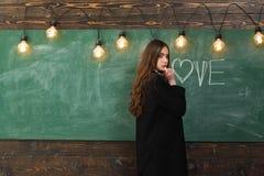 Jugendlichschule - erste Liebe Schulunterricht Junger Jugendlicher mit Schulbüchern Schöne Frau, die herein ihre Bücher hält stockfoto